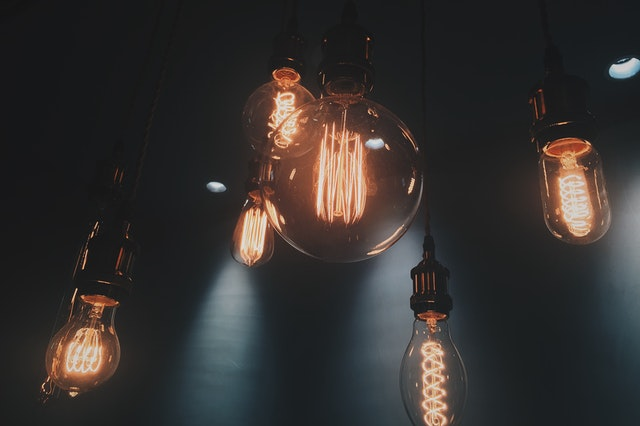 Olika glödlampor snett underifrån