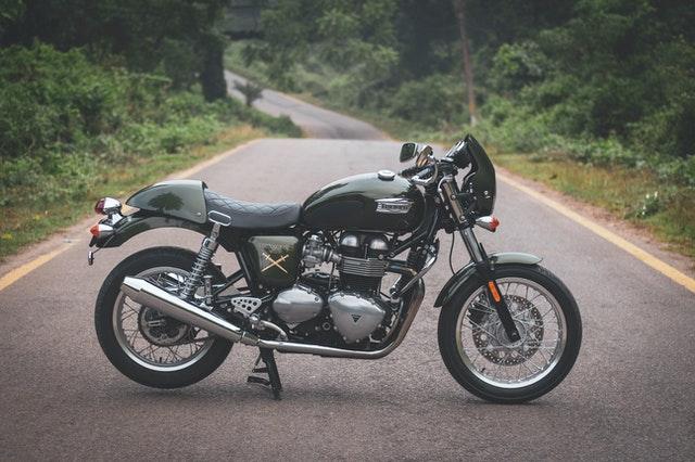 Motorcykel på en väg i skogen